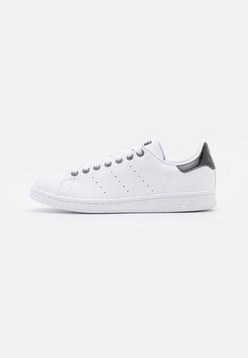 STAN SMITH  - Zapatillas - footwear white/core black/trace grey metallic