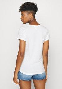 Lee - PRIDE V NECK TEE - T-shirt z nadrukiem - white - 2