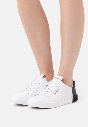SVEVA - Sneakers laag - white/black