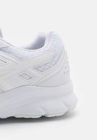 ASICS - JOLT 3 - Chaussures de running neutres - white - 5