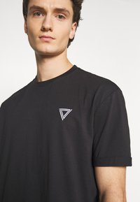 YOURTURN - T-shirt con stampa - black - 5