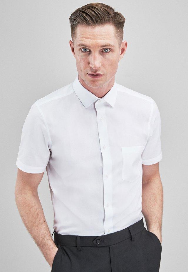 WHITE REGULAR FIT SHORT SLEEVE EASY CARE SHORT SLEEVE SHIRT - Koszula - white