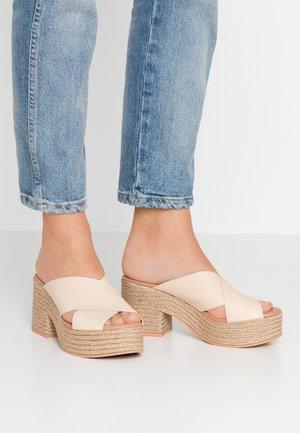 NILO - Pantofle na podpatku - shiny nude