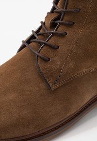 Shoe The Bear - NED - Šněrovací kotníkové boty - tobacco - 5