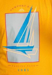 Newport Bay Sailing Club - BOAT 2 PACK - Print T-shirt - navy/mustard - 5