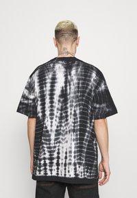 Karl Kani - SIGNATURE TIE DYE TEE UNISEX  - Print T-shirt - white - 2