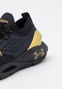 Under Armour - HOVR PHANTOM 2 - Zapatillas de running neutras - black/metallic gold - 5