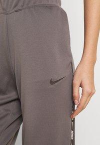 Nike Sportswear - TAPE PANT - Joggebukse - cave stone - 4