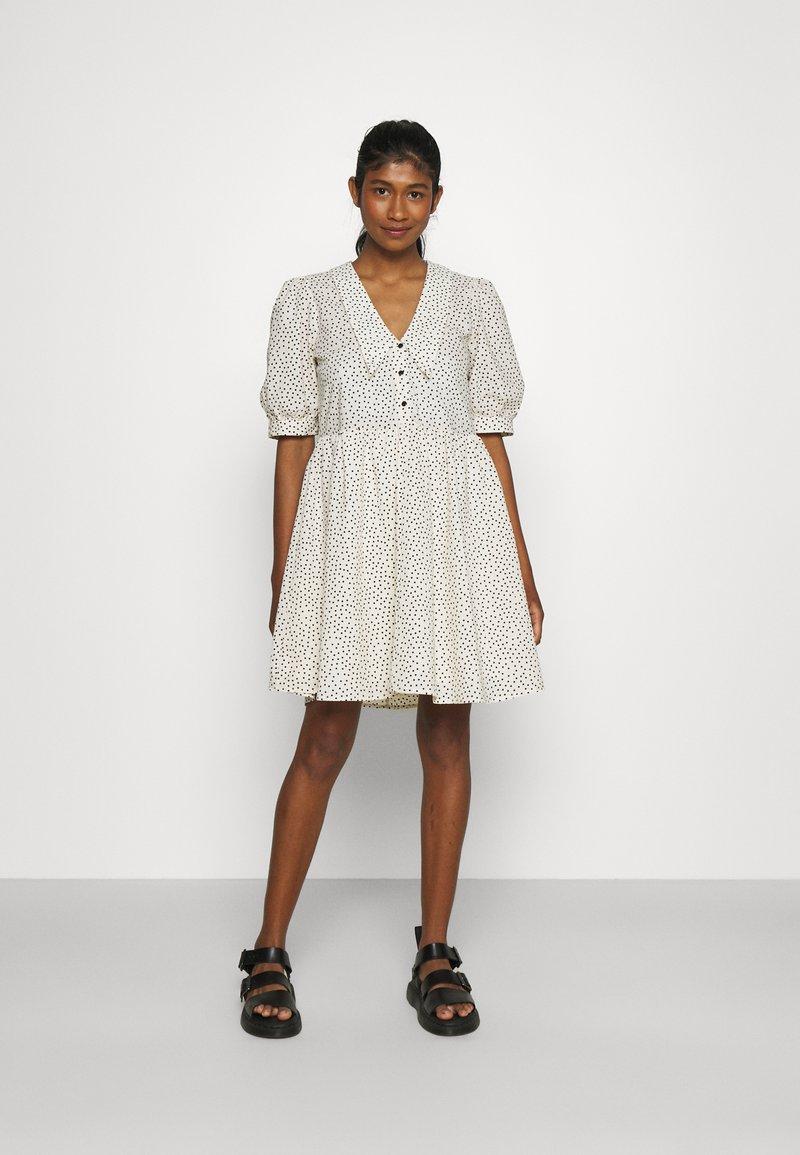 Object - OBJNOUR DRESS - Abito a camicia - sandshell