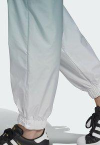 adidas Originals - TRACKPANTS ADICOLOR PRIMEGREEN ORIGINALS RELAXED TRACK PANTS - Tracksuit bottoms - green - 3