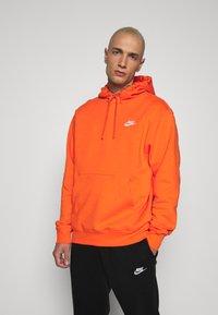 Nike Sportswear - CLUB HOODIE - Felpa con cappuccio - electro orange - 0