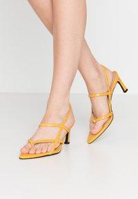 NA-KD - POINTY SOLE TOE STRAP  - Sandály - yellow - 0
