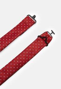 Selected Homme - SLHLANDON BOWTIE GIFTBOX SET - Fazzoletti da taschino - bright red - 3