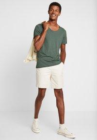 Selected Homme - SLHNEWMERCE O-NECK TEE - Basic T-shirt - cilantro/melange - 1