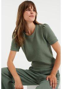WE Fashion - MET STRUCTUUR - Basic T-shirt - light green - 4