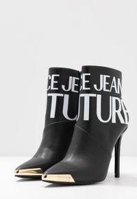 Versace Jeans Couture - HIGHT TOP STILETTO  - Botines de tacón - nero - 4