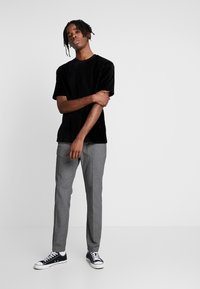 Topman - BURN OUT STRIPE TEE - T-shirt - bas - black - 1