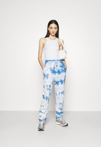 Missguided - PLAYBOY TIE DYE - Tracksuit bottoms - blue - 1