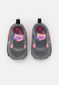 Nike Sportswear - MAX 90 CRIB - First shoes - smoke grey/metallic silver/sunset pulse - 3