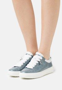 Peter Kaiser - FLORA - Sneakersy niskie - jeans bardy/weiß samoa - 0