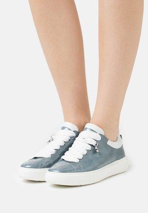 FLORA - Trainers - jeans bardy/weiß samoa