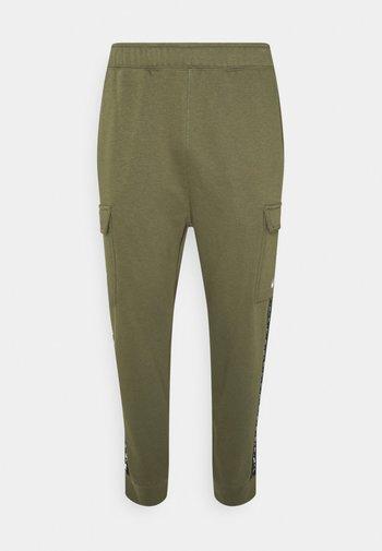 REPEAT CARGO PANT - Pantaloni sportivi - medium olive/white