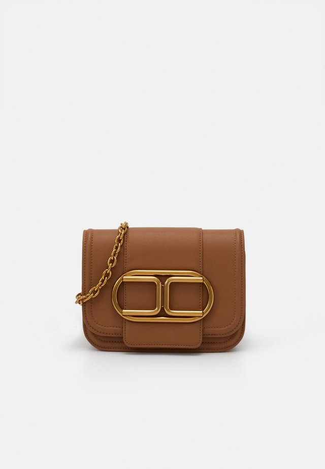 SADDLE LOGO CROSSBODY WITHIN CHAIN - Olkalaukku - mou