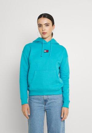 CENTER BADGE HOODIE - Bluza z kapturem - tidewater