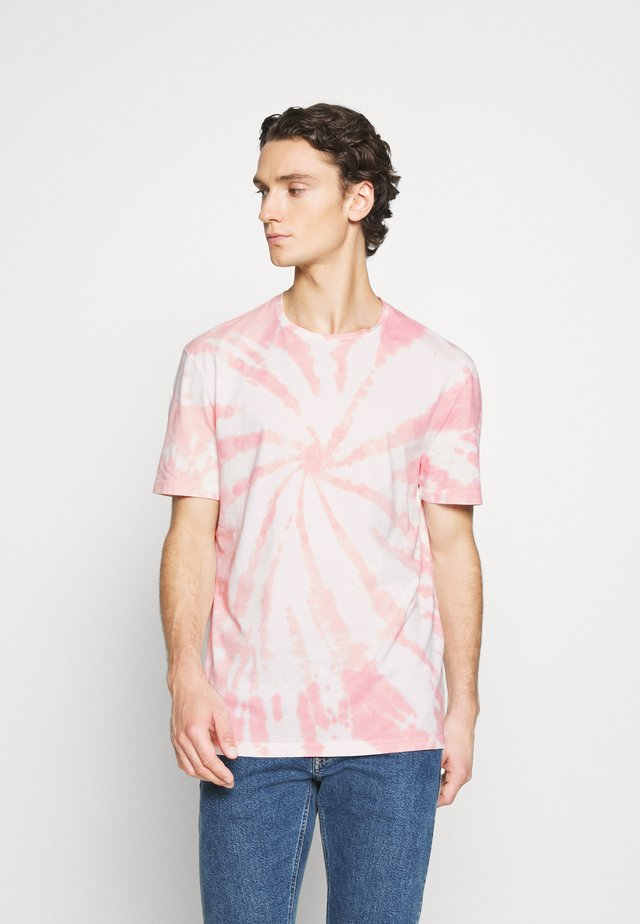 TUCKER TIE DYE CREW - T-shirt z nadrukiem - light pink