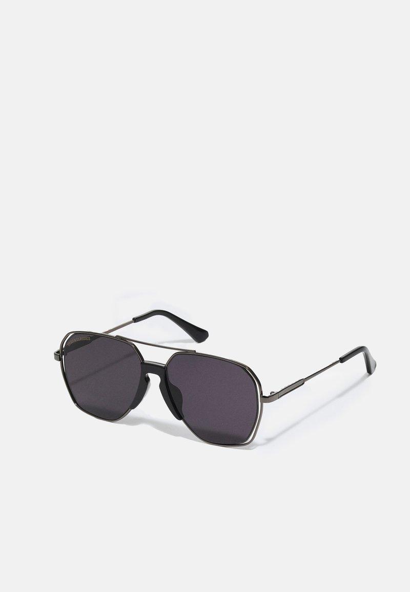 Urban Classics - KARPHATOS WITH CHAIN UNISEX - Sunglasses - gunmetal/black