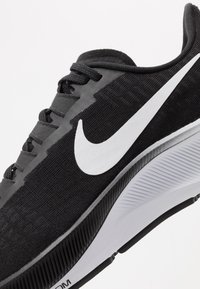 Nike Performance - AIR ZOOM PEGASUS 37 - Obuwie do biegania treningowe - black/white - 5