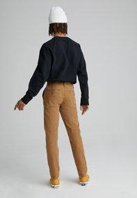 Levi's® - XX CHINO STD II - Spodnie materiałowe - desert boots shady - 2