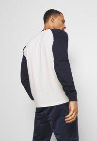 Champion - LEGACY CREWNECK LONG SLEEVE - T-shirt à manches longues - off white/navy - 2