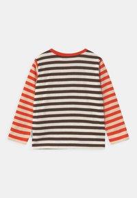 Marimekko - VEDE TASARAITA UNISEX - T-shirt à manches longues - dark brown/off white - 1