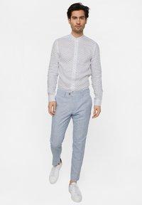 WE Fashion - WE FASHION HERREN-SLIM-FIT-HEMD AUS LEINEN - Camicia - white/blue - 1