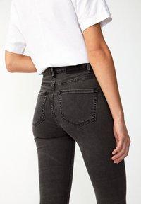 ARMEDANGELS - INGAA X STRETCH - Jeans Skinny Fit - coal mine - 4