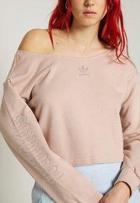 adidas Originals - SLOUCHY CREW - Sweatshirt - ash pearl - 6