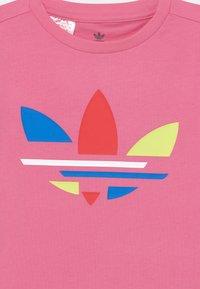 adidas Originals - TEE UNISEX - T-shirt print - rose tone - 2
