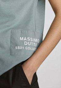 Massimo Dutti - MIT PATCH - Print T-shirt - evergreen - 2