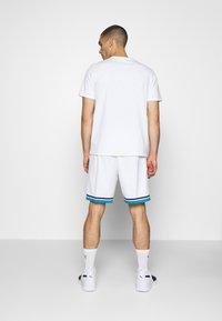 Mitchell & Ness - SWINGMAN SHORTS 1992-93 HORNETS - Sports shorts - white/teal - 2