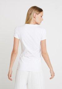 Guess - SLIM FIT - Print T-shirt - true white - 2