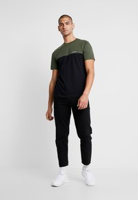 Calvin Klein - COLOR BLOCK  - T-shirts print - black - 1