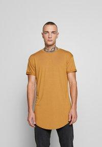 Topman - SCOTTY APPLE BRN/HORIZON BLUE - T-shirt - bas - multi - 0