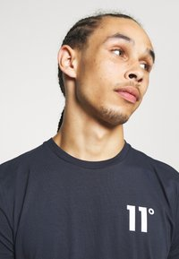 11 DEGREES - CORE MUSCLE FIT - Print T-shirt - navy - 3