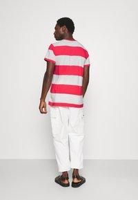 GANT - CREST - T-shirt med print - paradise pink - 2