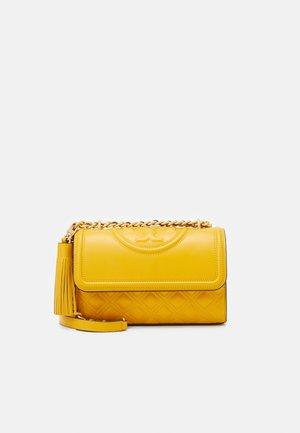 FLEMING SMALL CONVERTIBLE SHOULDER BAG - Schoudertas - golden crest