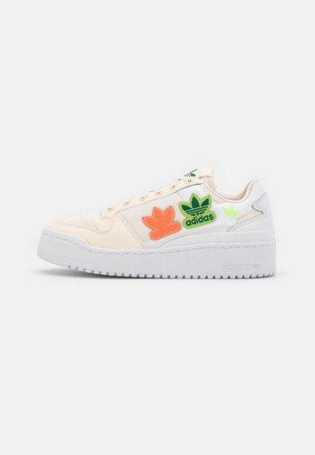 FORUM BOLD  - Joggesko - white/footwear white/acid orange