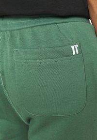 11 DEGREES - CORE REGULAR FIT - Teplákové kalhoty - elm green - 3