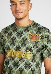 Puma - MOSCOW - T-shirt med print - capulet olive - 3