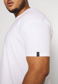 Common Kollectiv - PLUS BOX FIT FLASH TEE - T-shirt basic - white - 5